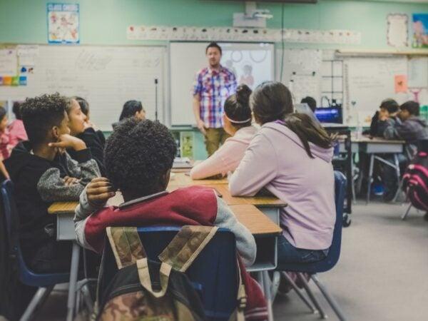 Besser Corona-Luftfilter für alle Klassenräume und funktionierende digitale Ausstattung der Schulen als vorschnelle Impfempfehlungen für Kinder und Jugendliche!